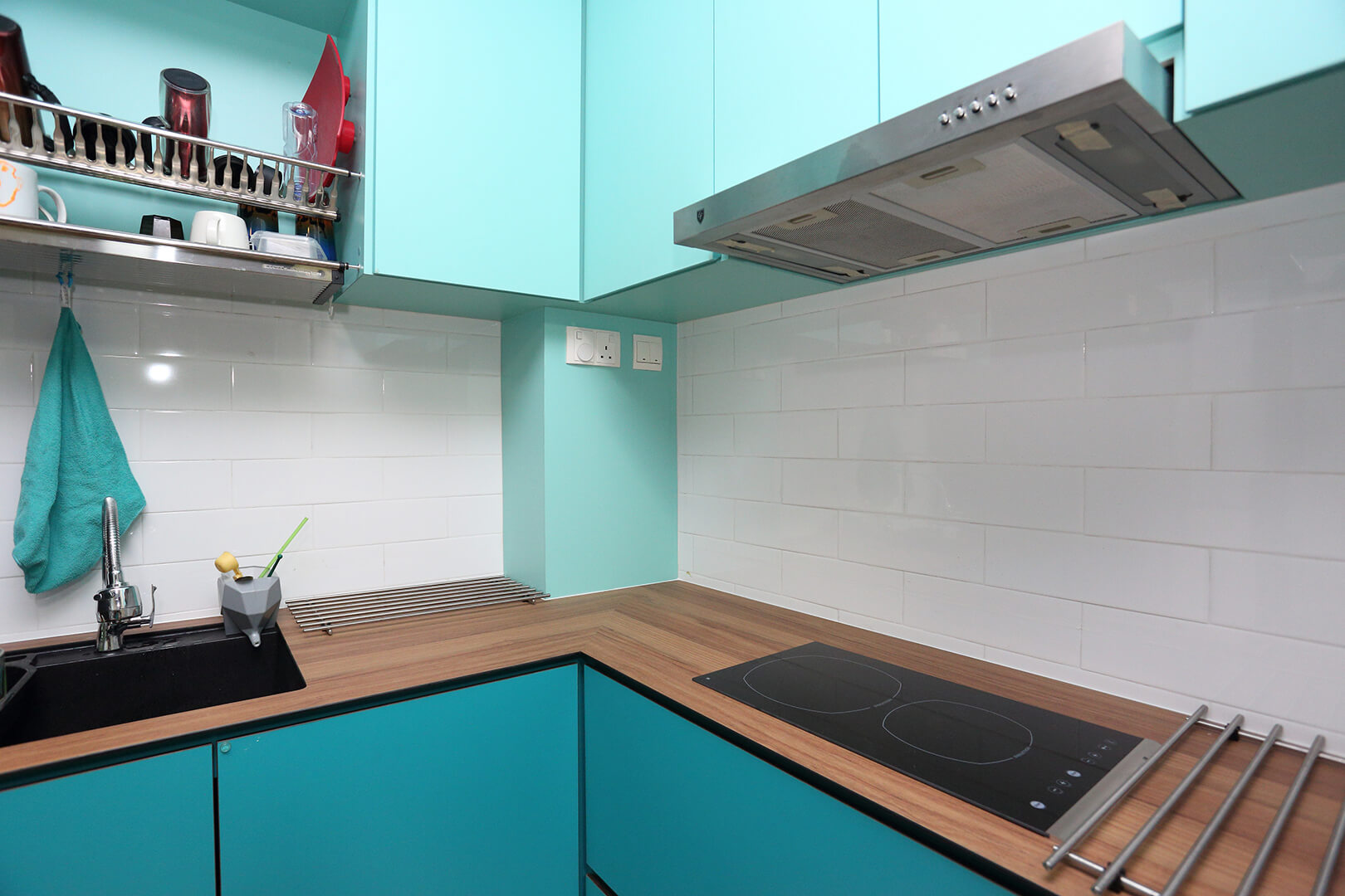 Colourful Space Interior Design Kitchen Top with Tools