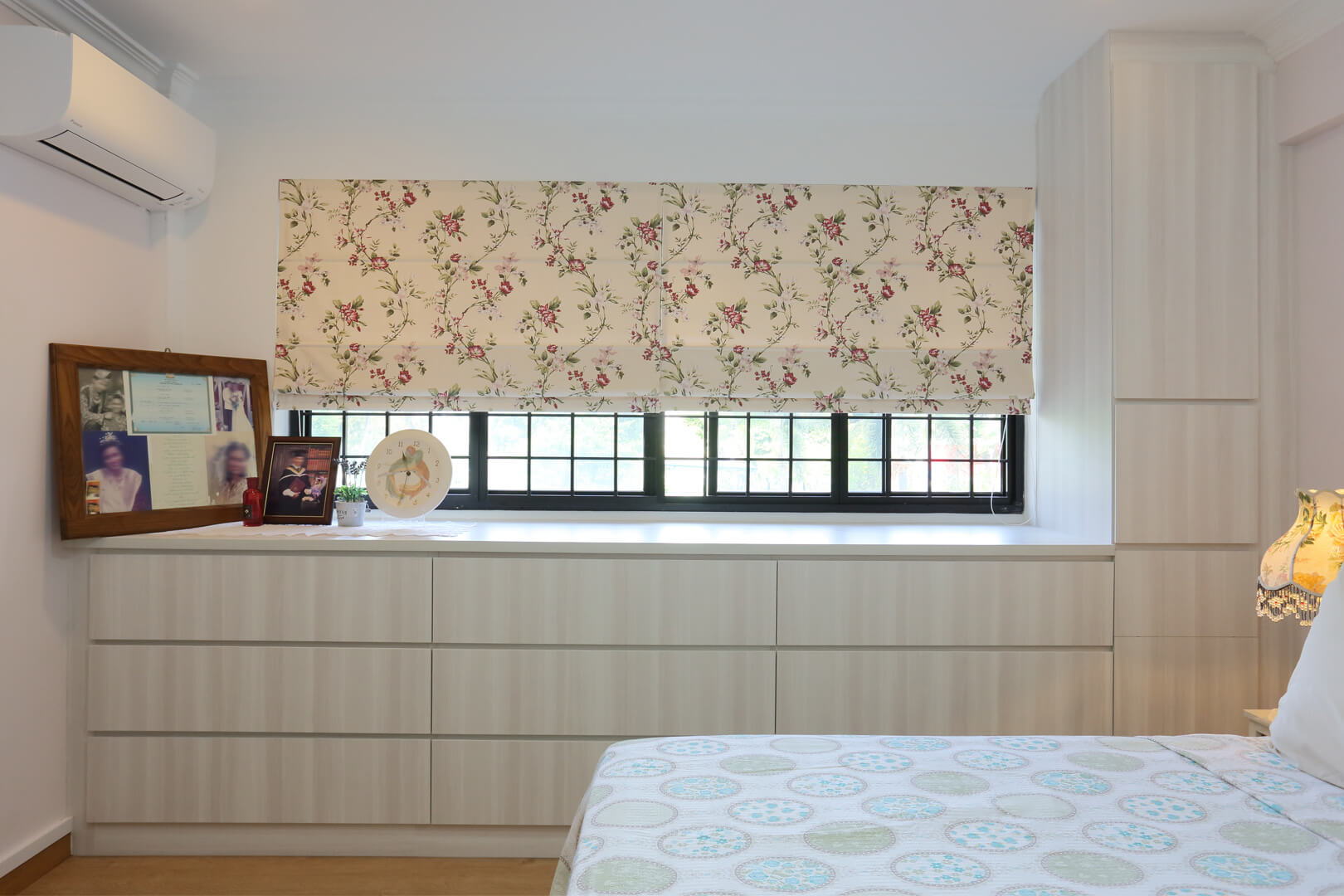 Country Chic Ambiance Interior Design room Bedroom Window With Curtains