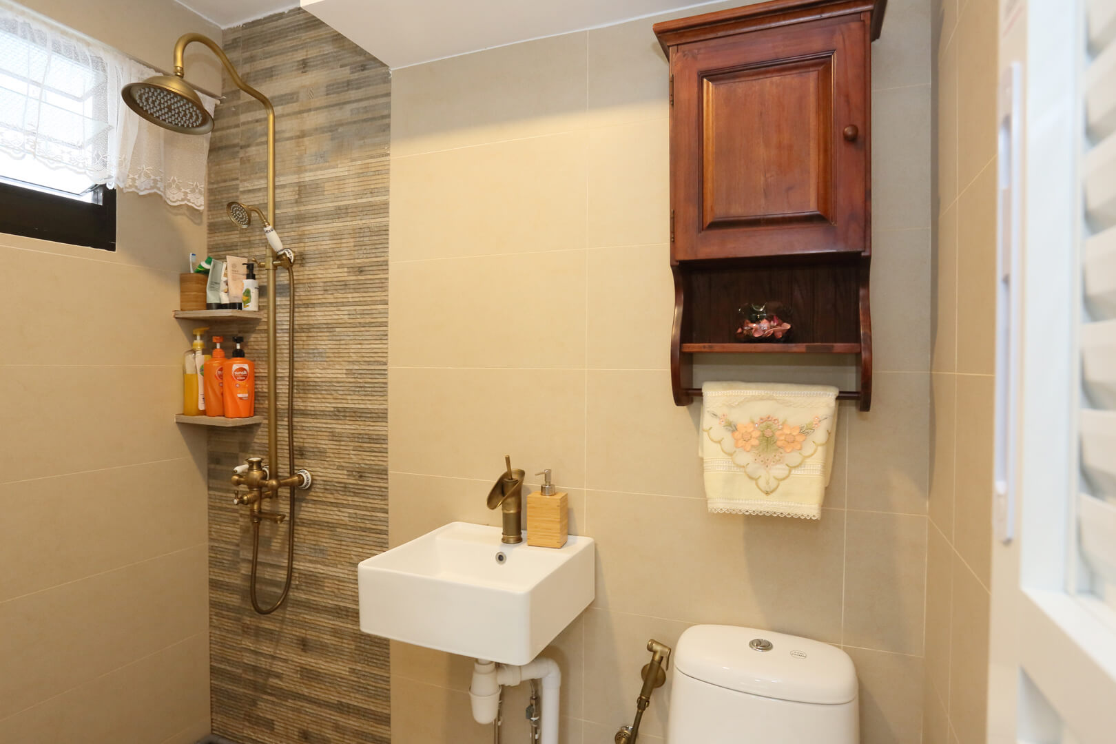 Country Chic Ambiance Interior Design Room Masteroom Washroom With Lighting